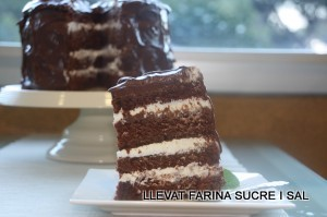 CHOCOLATE LAYER CAKE FARCIT DE CREAM CHEESE I COBERTURA DE CHOCOLATE & SOUR CREAM FROSTING