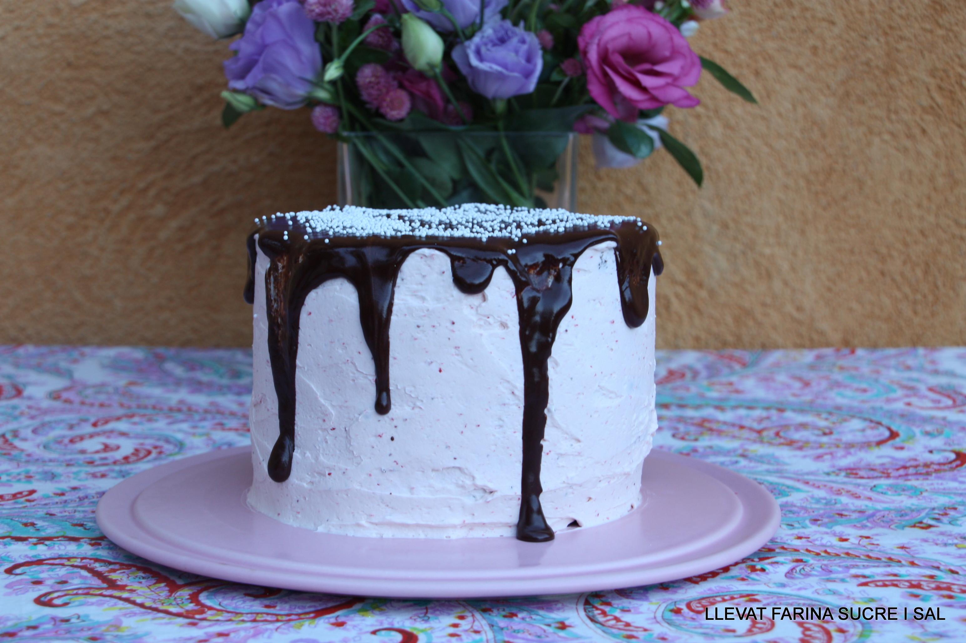 LAYER CAKE DE XOCOLATA COBERT AMB MERENGA DEMADUIXES