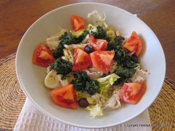 Amanida d'escarola tomàquet espinacs bullits i olives negres 001